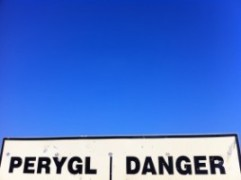 photo of sign that says perygl danger